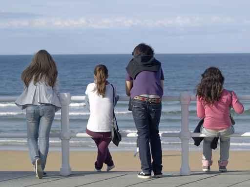Adolescentes frente al mar