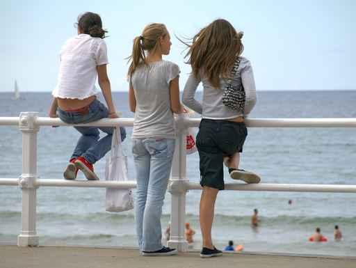 Adolescentes mirando el mar