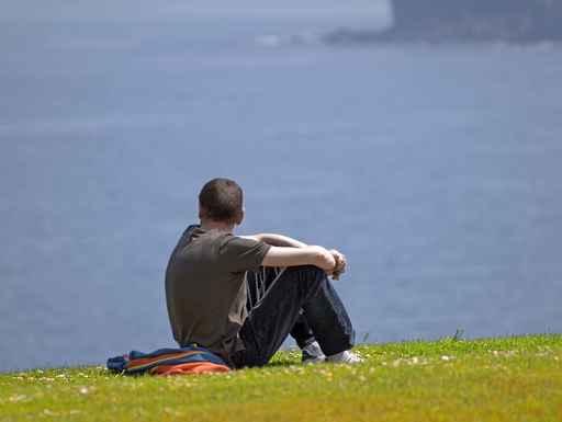 Hombre sentado sobre la hierba